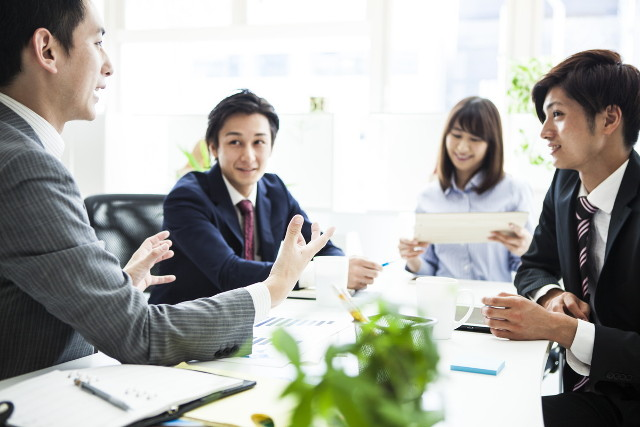 オフィスで会議する人々01