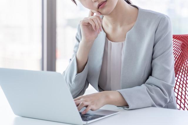 パソコン前で悩む女性