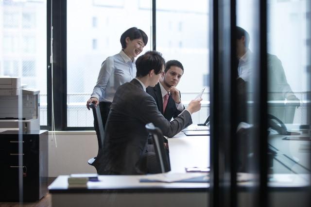 オフィスで会議する人々02